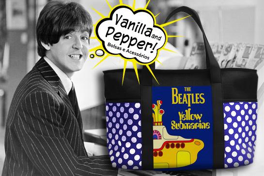 Bolsa super bacana com estampa dos Beatles (Yellow Submarine). Produzida com lonita preta e de bolas azul, dando um ar super descontraído para a peça. Os Beatles não fizeram só história na música, mas também na moda. John, George, Paul e Ringo passaram a ditar tendências.